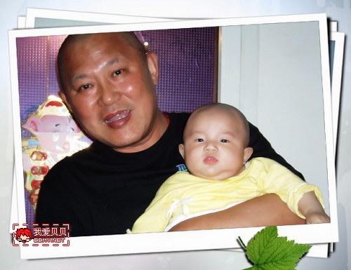 查看金东浩宝宝百日照后的光头形象照片