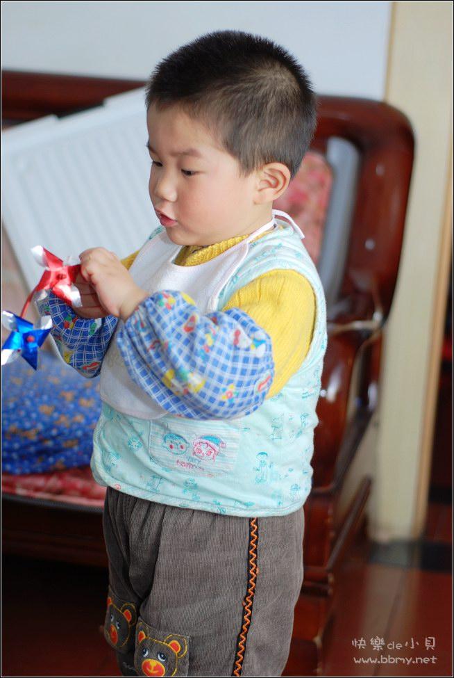 查看金东浩倒玩具照片