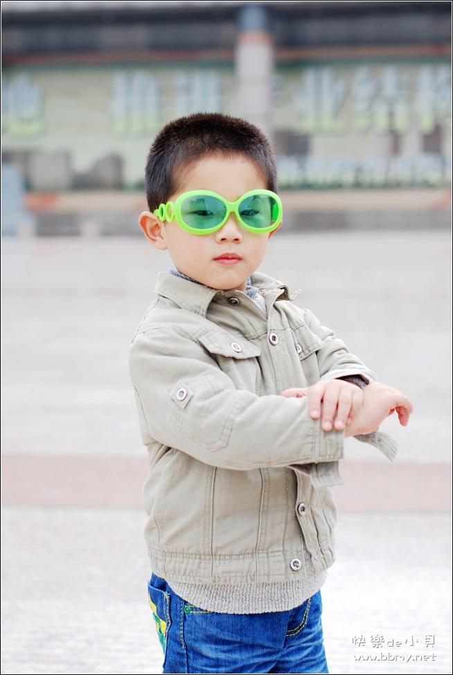 查看金东浩胜利广场的脚印照片