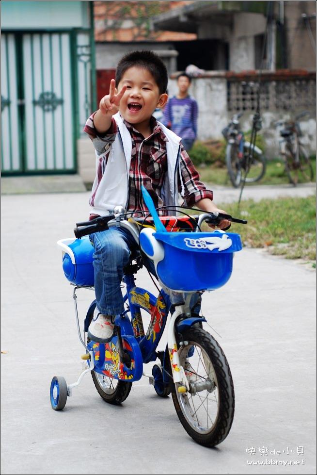查看金东浩陪伴小贝之骑车照片